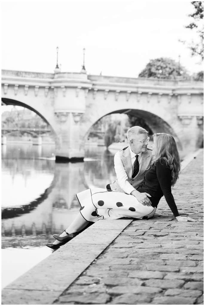 Une séance photo d'anniversaire vintage sur l'Île de la Cité à Paris, France