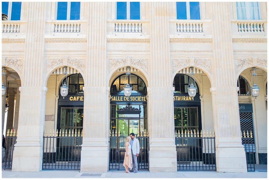 Une séance photo anniversaire de mariage au Palais Royal et sur Île Saint-Louis à Paris