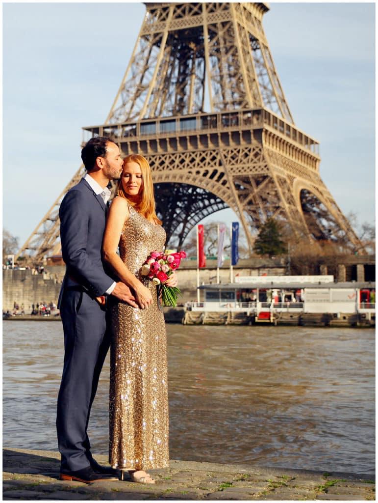 Une séance photo d'anniversaire de mariage à Paris et annonce de grossesse à la Tour Eiffel