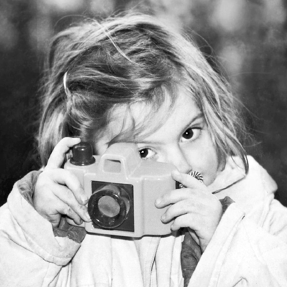 Marie Calfopoulos enfant, avec son appareil photo en plastique, photographe