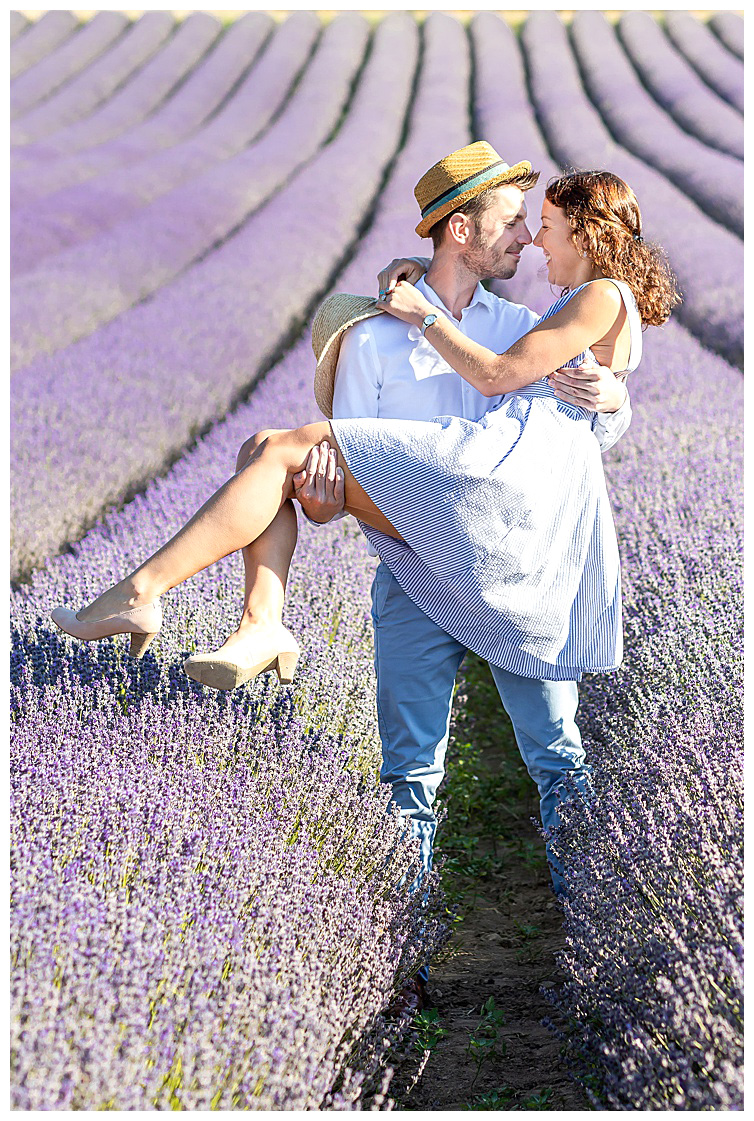 Marie Calfopoulos Photographe couple engagement seance photo Provence Luberon Sault lavander