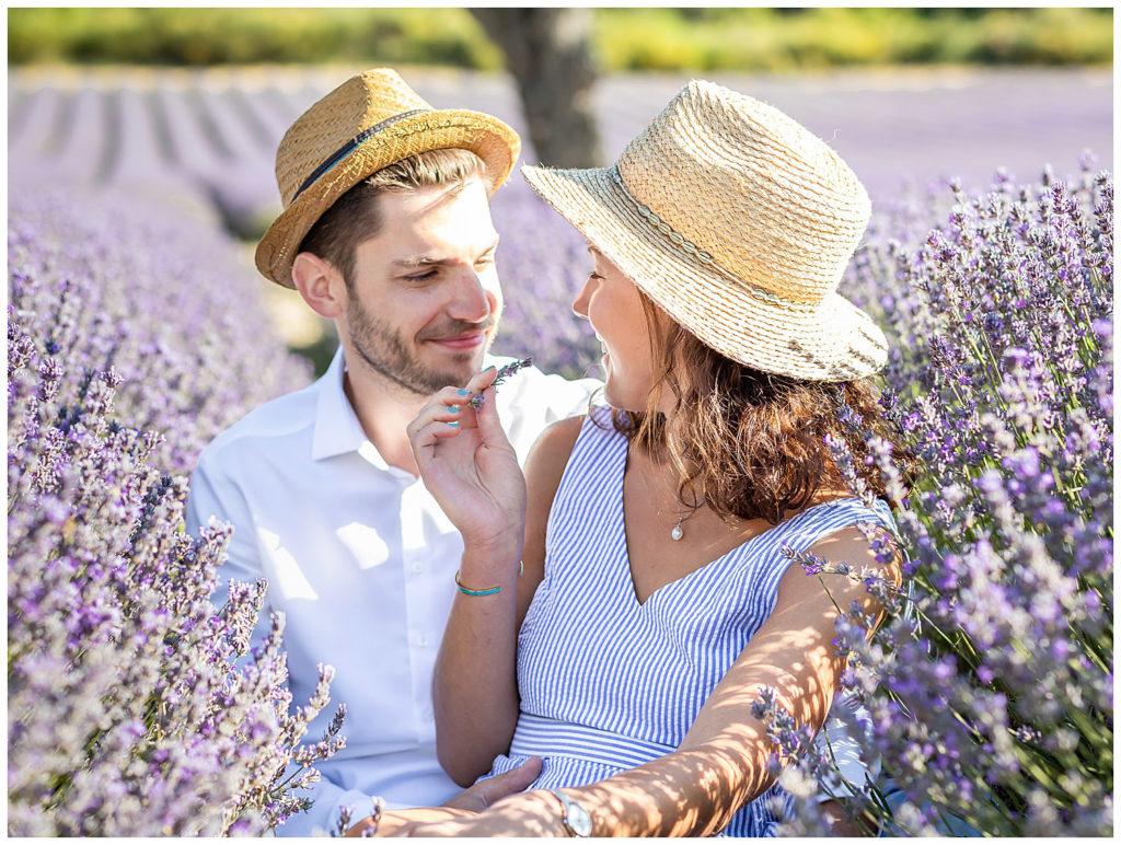 Une séance photo de couple dans les champs de Lavande de Provence à Sault et Aurel, Vaucluse